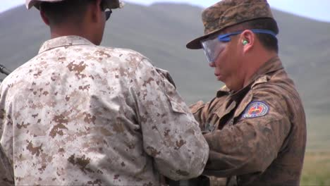 Us-Soldiers-Train-Mongolian-Policía-Commando-Teams-And-Armed-Forces-At-A-Firing-Range