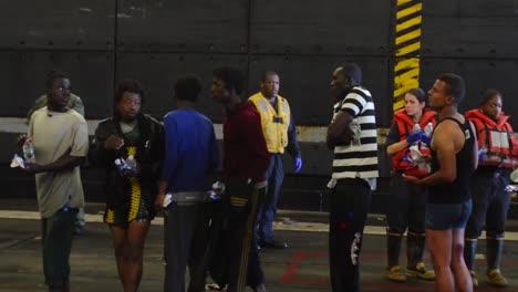 Refugiados-Africanos-Son-Rescatados-Por-Un-Barco-Americano-Y-Marineros-En-El-Mediterráneo-1
