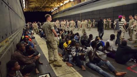 Refugiados-Africanos-Son-Rescatados-Por-Un-Barco-Estadounidense-Y-Marineros-En-El-Mediterráneo-3