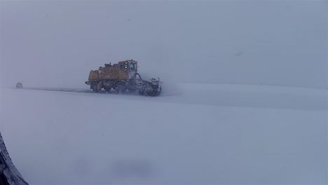 Quitanieves-Limpian-Carreteras-Congeladas-Y-Cubiertas-De-Hielo-Durante-El-Invierno