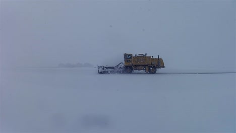 Quitanieves-Limpian-Carreteras-Congeladas-Y-Cubiertas-De-Hielo-Durante-El-Invierno-1
