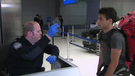 Passagiere-Die-In-Ein-Internationales-Flughafenterminal-Kommen-Passieren-Uns-Zoll