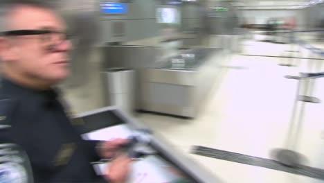 Los-Pasajeros-Que-Ingresan-A-La-Terminal-Del-Aeropuerto-Internacional-Pasan-Por-La-Aduana-Estadounidense-2