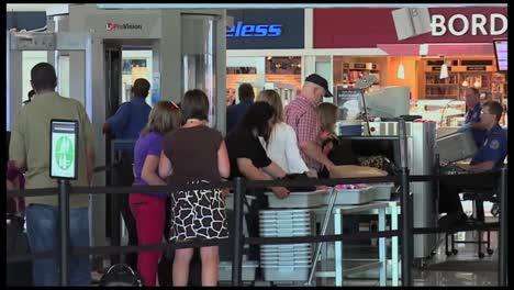 Los-Viajeros-Del-Aeropuerto-Pasan-Por-Un-Control-De-Seguridad-Tsa-1