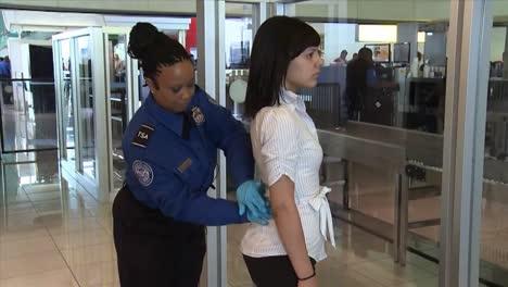 Los-Viajeros-Del-Aeropuerto-Pasan-Por-Un-Control-De-Seguridad-Tsa-9