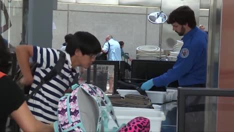 Los-Viajeros-Del-Aeropuerto-Pasan-Por-Un-Control-De-Seguridad-Tsa-10