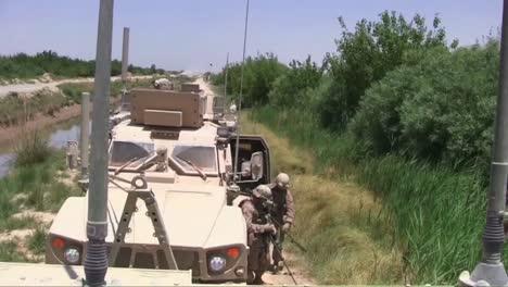 Marinesoldaten-Auf-Patrouille-In-Afghanistan-Suchen-Mit-Metalldetektoren-Nach-Ids