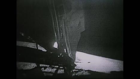 Astronautas-Del-Apolo-11-Caminan-Sobre-La-Luna-Mientras-La-Gente-Observa-En-Todas-Partes-De-La-Tierra-5
