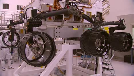 Nasa-Scientists-Work-In-The-Lab-To-Build-And-Test-The-Mars-Rover-2