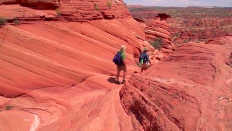 Excursionistas-Explorar-El-Desierto-Del-Cañón-De-Paria-De-Arizona-1