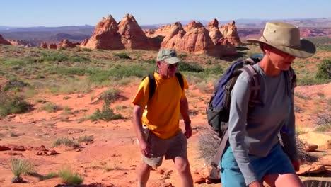 Excursionistas-Explorar-El-Desierto-Del-Cañón-De-Paria-De-Arizona-2