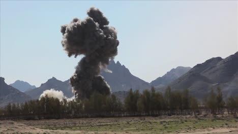 Eine-Massive-Explosion-Sprengt-Ein-Dorf-In-Afghanistan-1