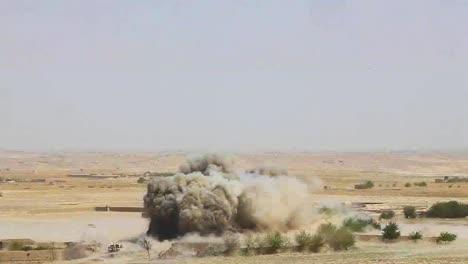 Eine-Massive-Explosion-Sprengt-Ein-Taliban-Dorf-In-Afghanistan