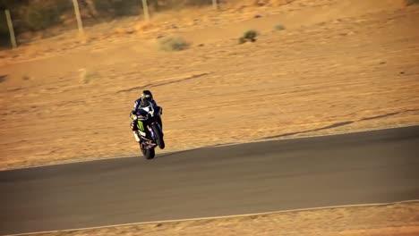 Un-Piloto-De-Superbike-Realiza-Acrobacias-En-La-Pista-Y-En-La-Carretera