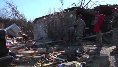 Soldados-De-La-Guardia-Nacional-Patrullan-Un-Vecindario-En-West-Liberty-Kentucky-Después-De-Un-Devastador-Tornado-1