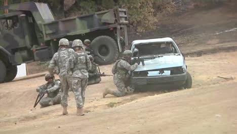 Tropas-Del-Ejército-Se-Entrenan-Para-Un-Ataque-Terrorista-Suicida-Con-Bomba-Simulado-En-El-Medio-Oriente