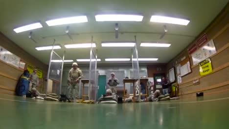 Soldados-Del-Ejército-Practican-En-Un-Campo-De-Tiro-Interior