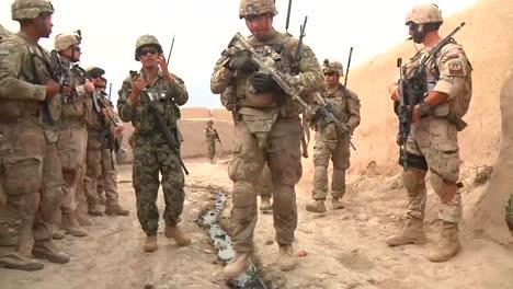 El-Ejército-Estadounidense-Patrulla-Aldeas-Remotas-De-Afganistán-En-2014-1