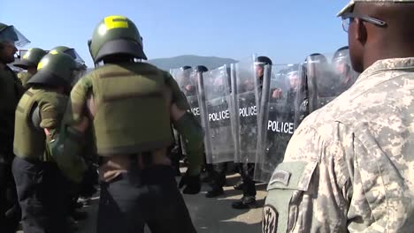 Kosovo-Army-Personnel-Train-For-A-Riot-Or-Protest-And-Policía-Response
