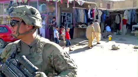 Las-Tropas-Estadounidenses-Permanecen-Vigilantes-Mientras-Patrullan-En-Afganistán-