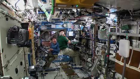 Weightlessness-And-Astronauts-Inside-The-International-Espacio-Station