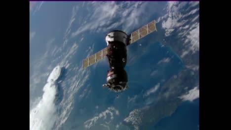 Ein-Satellit-Schwebt-Hoch-über-Der-Erdoberfläche-2
