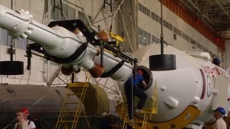 Un-Cohete-Soyuz-Ruso-Se-Ensambla-Y-Se-Prepara-Para-La-Expedición-