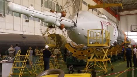 Un-Cohete-Soyuz-Ruso-Se-Ensambla-Y-Se-Prepara-Para-La-Expedición-1