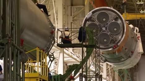 Un-Cohete-Soyuz-Ruso-Se-Ensambla-Y-Se-Prepara-Para-La-Expedición-2