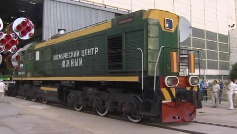 Un-Cohete-Ruso-Soyuz-Movido-Por-Ferrocarril-Hasta-La-Plataforma-De-Lanzamiento