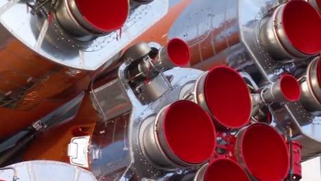 Un-Cohete-Ruso-Soyuz-Movido-Por-Ferrocarril-Hasta-La-Plataforma-De-Lanzamiento-1