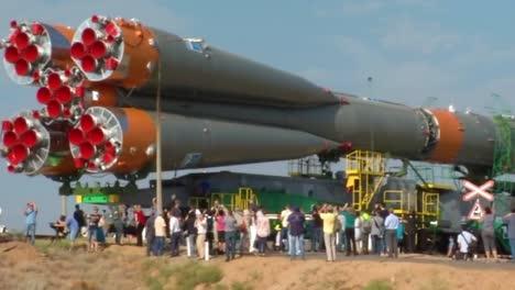 Un-Cohete-Ruso-Soyuz-Movido-Por-Ferrocarril-Hasta-La-Plataforma-De-Lanzamiento-3