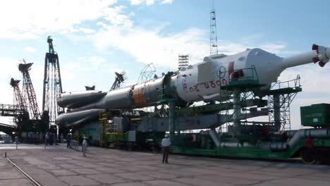 Un-Cohete-Soyuz-Ruso-Se-Eleva-En-La-Plataforma-De-Lanzamiento