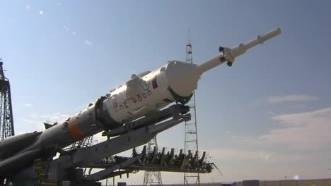 Un-Cohete-Soyuz-Ruso-Se-Eleva-En-La-Plataforma-De-Lanzamiento-1