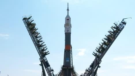Un-Cohete-Soyuz-Ruso-Se-Prepara-En-La-Plataforma-De-Lanzamiento-1