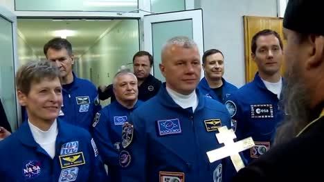 La-Tripulación-De-Un-Cohete-Soyuz-Ruso-Recibe-La-Bendición-De-Un-Sacerdote-Ortodoxo-Ruso-