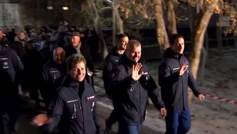 Los-Cosmonautas-Rusos-Son-Celebrados-Mientras-Se-Dirigen-A-Abordar-Un-Cohete-Soyuz-