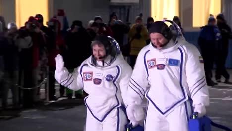 Los-Astronautas-Rusos-Y-Estadounidenses-Caminan-Hacia-La-Plataforma-De-Lanzamiento-Antes-De-Abordar-Un-Cohete-Soyuz-Hacia-La-Estación-Espacial-Internacional-