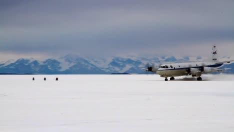 Un-Avión-De-Hélice-Despega-De-La-Tundra-Helada-En-Una-Región-ártica