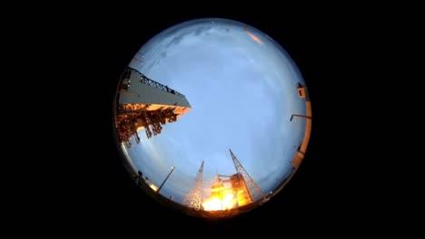 Una-Vista-De-Gran-Angular-De-Ojo-De-Pez-Extremo-Del-Despegue-Del-Cohete-Orion-De-La-Nasa-Desde-La-Plataforma-De-Lanzamiento-2