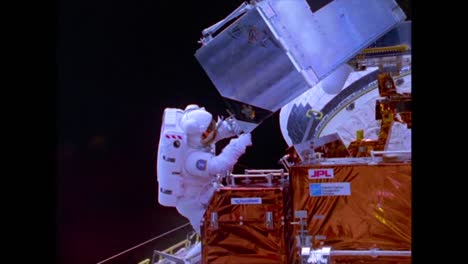 El-Telescopio-Espacial-Hubble-Se-Lanza-Durante-Esta-Caminata-Espacial-Fuera-Del-Transbordador-Espacial-En-1990-2