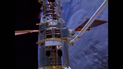 El-Telescopio-Espacial-Hubble-Se-Lanza-Durante-Esta-Caminata-Espacial-Fuera-Del-Transbordador-Espacial-En-1990-3