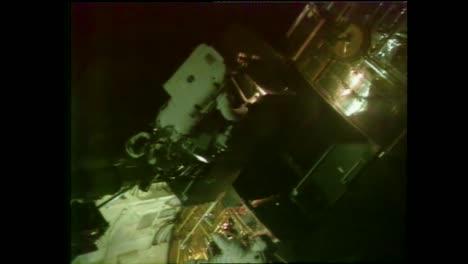 El-Telescopio-Espacial-Hubble-Se-Lanza-Durante-Esta-Caminata-Espacial-Fuera-Del-Transbordador-Espacial-En-1990-4