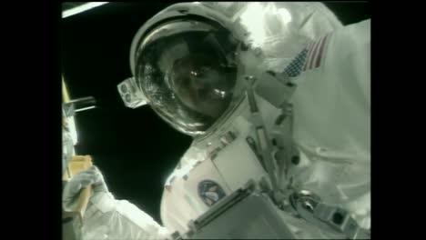 El-Telescopio-Espacial-Hubble-Se-Lanza-Durante-Esta-Caminata-Espacial-Fuera-Del-Transbordador-Espacial-En-1990-5
