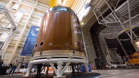 Una-Gran-Parte-De-La-Nave-Espacial-Orion-Es-Movida-A-Través-De-La-Producción-Por-Ingenieros-De-La-NASA-En-Esta-Toma-De-Lapso-De-Tiempo-