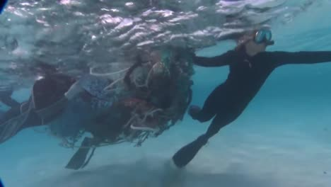 Divers-Work-To-Remove-Tangled-Fishing-Nets-From-Coral-Reefs-Near-Hawaii-1