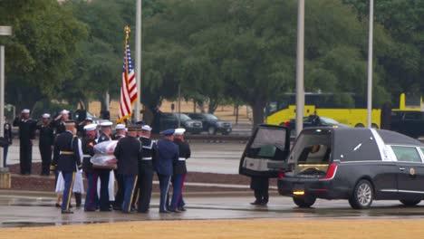 Imágenes-Del-Funeral-De-Estado-Para-El-41o-Presidente-George-Hw-Bush-Su-Ataúd-Ataúd-Llevado-Desde-El-Tren-2