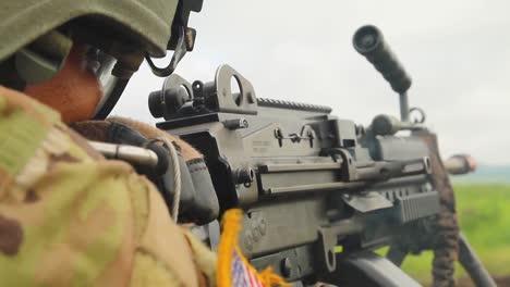 Un-Soldado-Estadounidense-Dispara-Una-Ametralladora-En-La-Batalla-En-El-Campo-De-Batalla