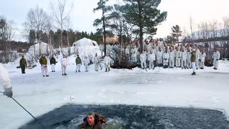 Los-Marines-Estadounidenses-Realizan-Simulacros-Para-Romper-El-Hielo-Polar-Durante-El-Entrenamiento-En-Clima-Frío-En-Setermoen-Noruega-Y-Caen-Intencionalmente-En-Agua-Helada-3