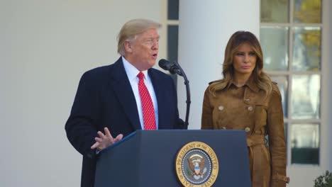 El-Presidente-Estadounidense-Donald-Trump-Y-Melania-Trump-Perdonan-El-Pavo-De-Acción-De-Gracias-En-La-Casa-Blanca-Y-Celebran-La-Fiesta-